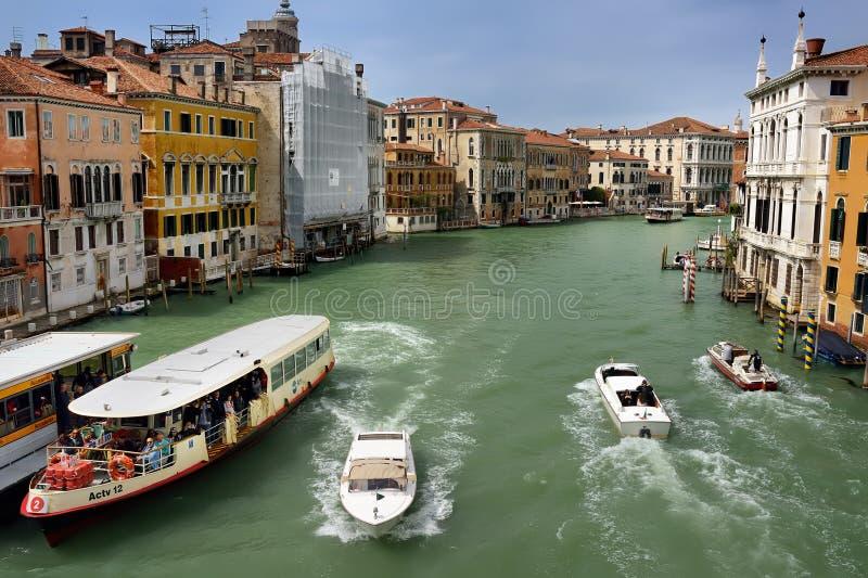 VENEDIG, ITALIEN - 24. APRIL 2019: Ansicht von Grand Canal mit Boot, vaparetto und Motorboot stockbild