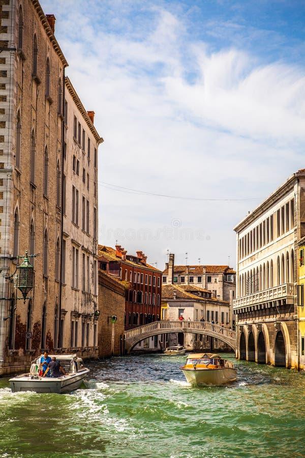 VENEDIG ITALIEN - AUGUSTI 19, 2016: Retro brunt taxifartyg på vatten i Venedig på Augusti 19, 2016 i Venedig, Italien arkivfoton