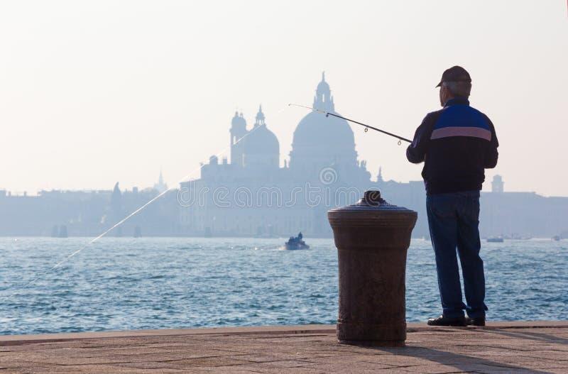 VENEDIG, ITALIEN - 14 Biagio-Ufergegend und Schattenbild von Santa Maria della Salute-Kirche stockfoto