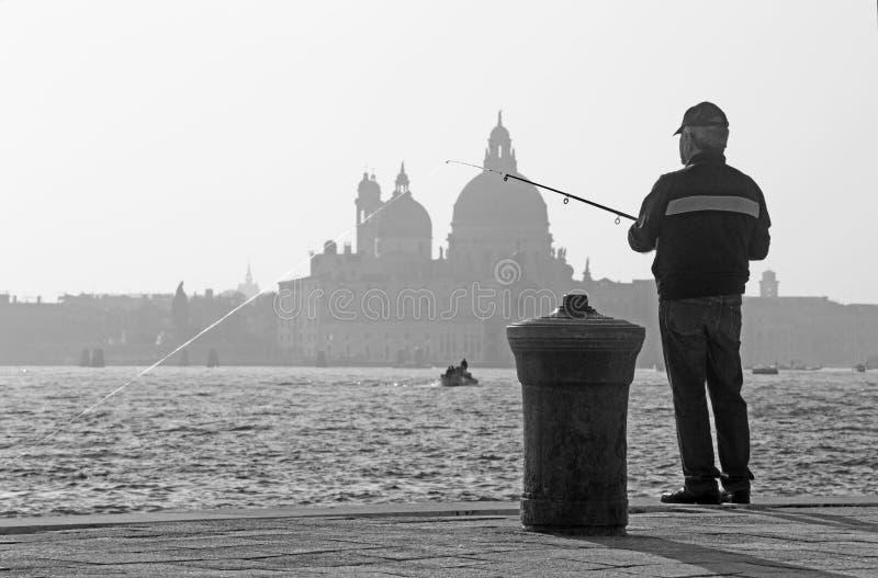VENEDIG, ITALIEN - 14 Biagio-Ufergegend und Schattenbild von Santa Maria della Salute-Kirche stockbilder