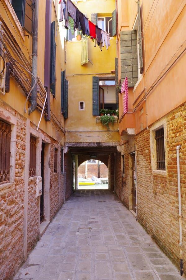 Venedig Italien, en karakteristisk venetian calle arkivfoton