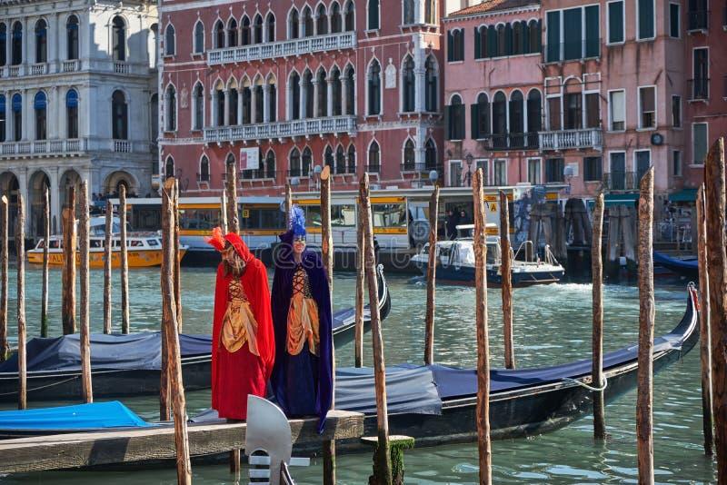 Venedig Italien - Februari 10, 2018: Folk i maskeringar och dräkter på den Venedig karnevalet royaltyfria foton