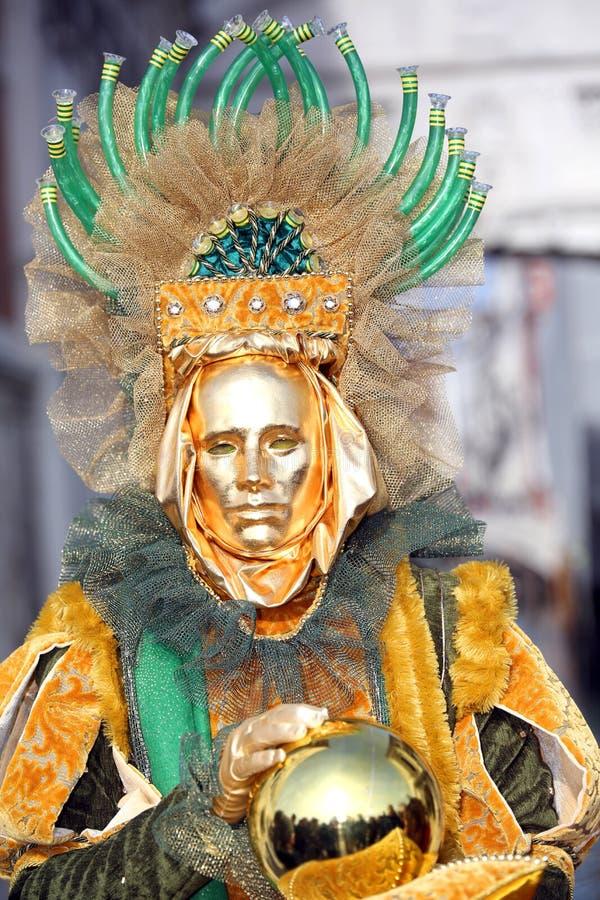 Venedig Italien - Februari 5, 2018: guld- maskering nära bron av arkivbild