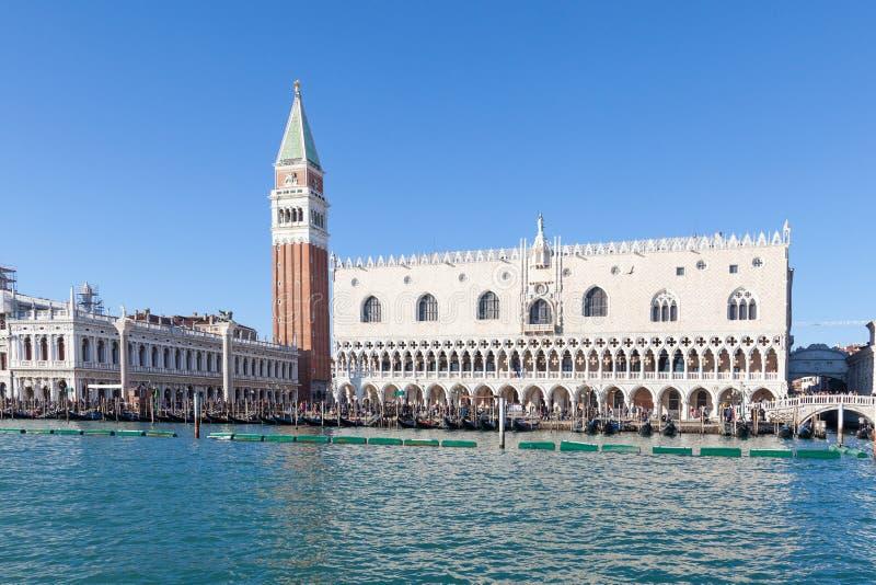 Venedig, Italien Glockenturm, Doge-Palast und Marktplatz San Marco von der Lagune stockfotografie