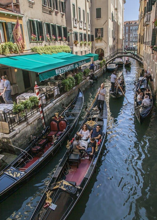 Venedig Italien - Grand Canal/gondolerna royaltyfria bilder