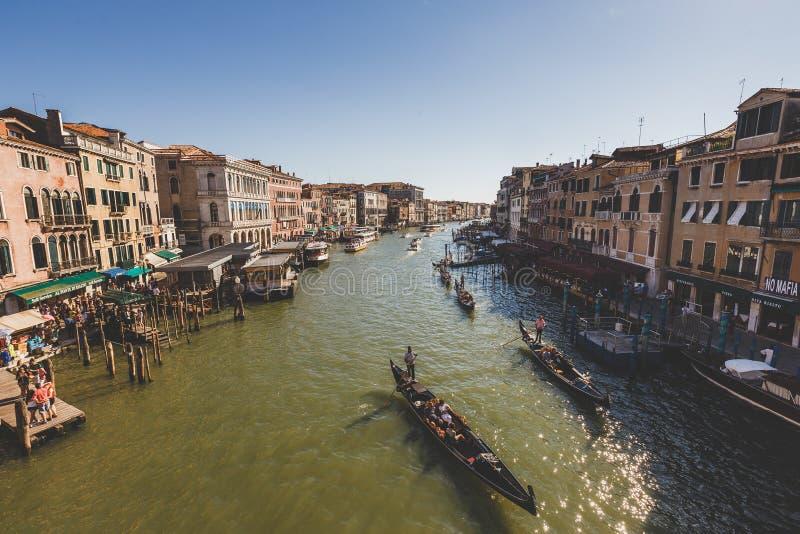 Venedig Italien - Juli 14th, 2017: Vattentaxi och gondoler seglar längs Grand Canal Grand Canal är en av det viktiga vattnet royaltyfria bilder