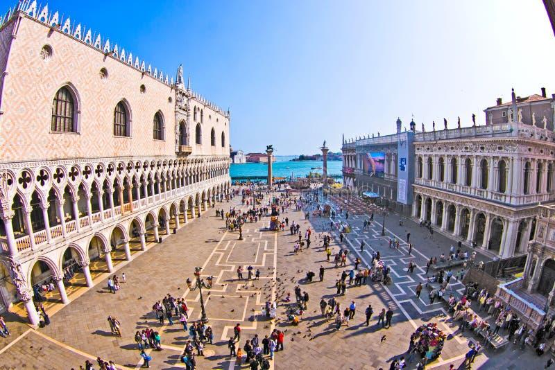 Touristen auf San Marco quadrieren in Venedig, Italien lizenzfreie stockfotos