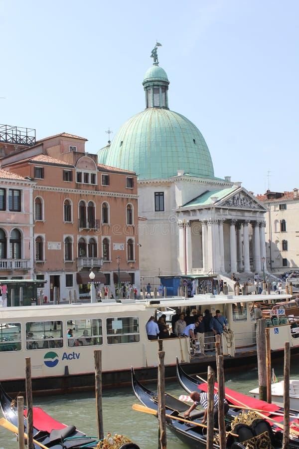 Venedig Italien, Juni 4 2014: Ankomma i Venedig, sikt från järnvägsstationen för utgångsOS som Santa Lucia mycket vänder mot fyrk arkivbild