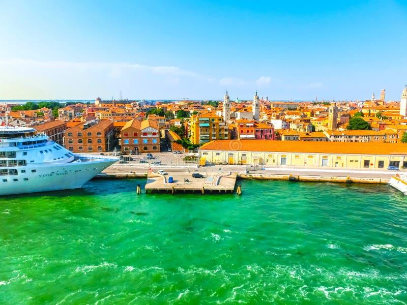 Venedig, Italien - 6. Juni 2015: Kreuzfahrtschiff-silberner Wind angekoppelt am Hafen stockfoto