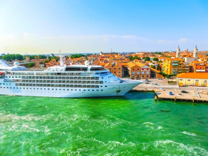 Venedig, Italien - 6. Juni 2015: Kreuzfahrtschiff-silberner Wind koppelte a an lizenzfreies stockfoto