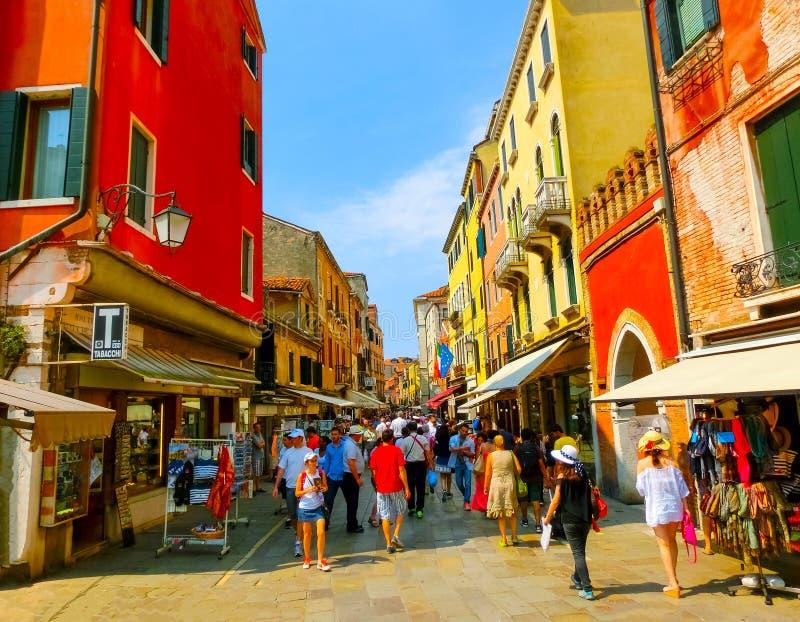Venedig, Italien - 6. Juni 2015: Leute auf der Straße in Venedig, Italien stockbild