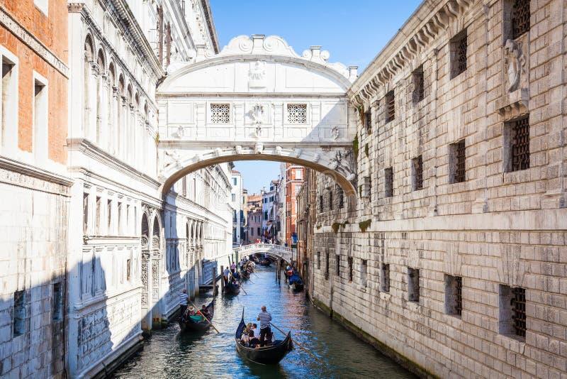VENEDIG, ITALIEN - 27. Juni 2016: Seufzerbrücke lizenzfreie stockfotos
