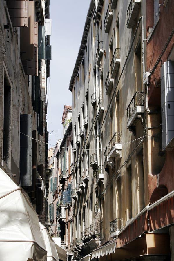 Venedig, Italien - kleine Gasse, alte Gebäude-Fassade lizenzfreie stockfotos