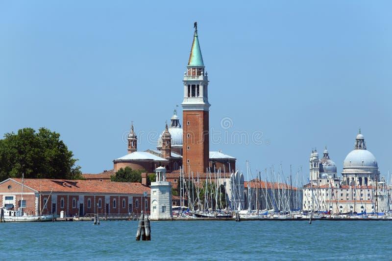 Venedig Italien klockatorn av helgonet George Church och kupolen av t arkivfoton