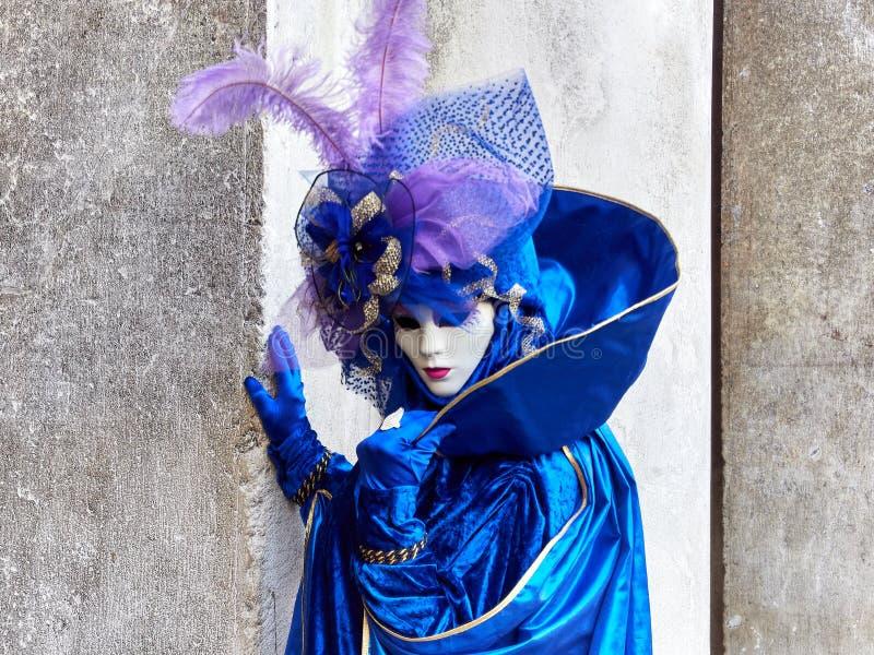 Venedig, Italien - 2. März 2019 Person gekleidet mit einem typischen Venitian-Kostüm während des Karnevals von Venedig lizenzfreies stockfoto