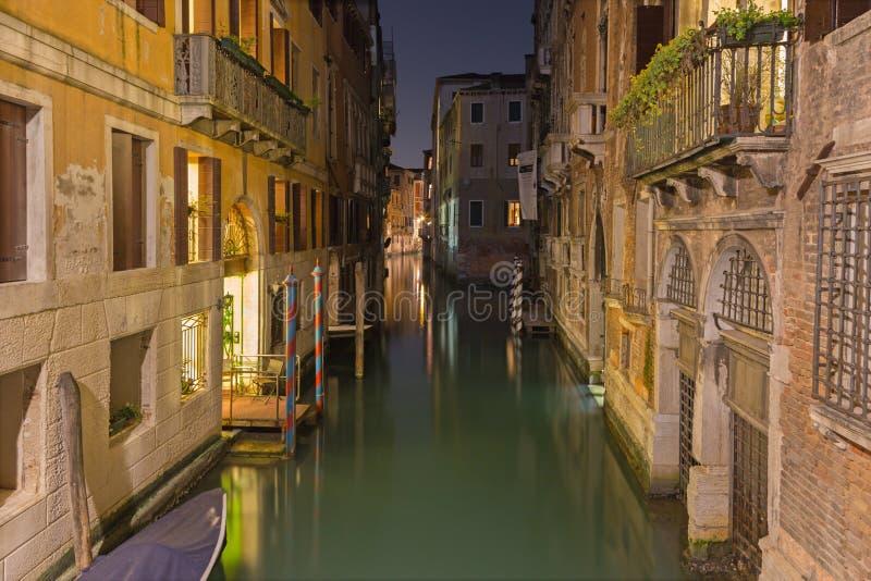 VENEDIG, ITALIEN - 11. MÄRZ 2014: Schauen Sie Kanal in der Dämmerung nahe der Mitte der Stadt stockbild