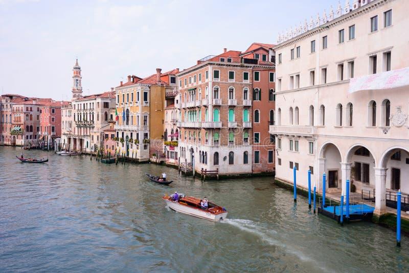 VENEDIG, ITALIEN - MAI 2017: Ansicht zum Kanal groß von Rialto-Brücke, Venedig, Italien lizenzfreie stockbilder