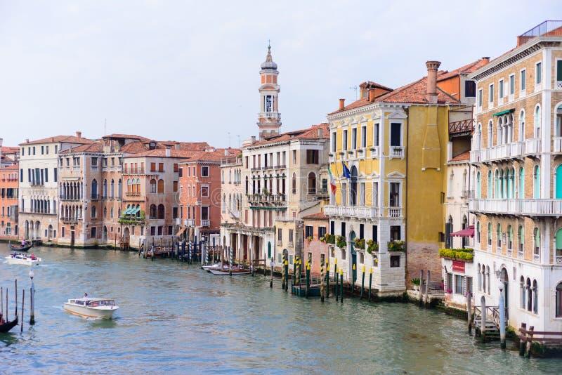 VENEDIG, ITALIEN - MAI 2017: Ansicht zum Kanal gro? von Rialto-Br?cke, Venedig, Italien stockbilder