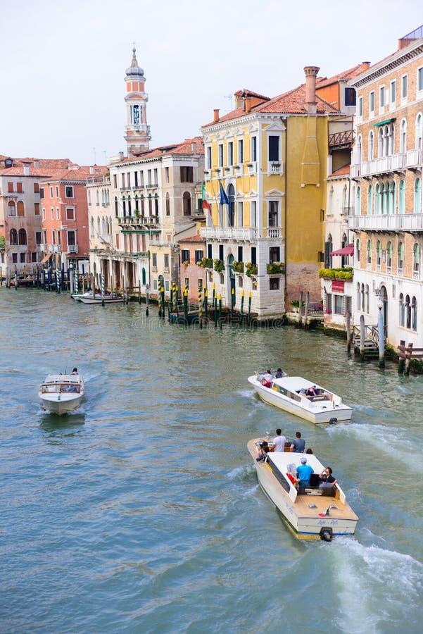 VENEDIG, ITALIEN - MAI 2017: Ansicht zum Kanal gro? von Rialto-Br?cke, Venedig, Italien lizenzfreies stockbild