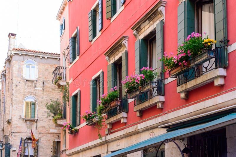 VENEDIG, ITALIEN - MAI 2017: Blumenkästen unter einem Fenster in Venedig, Italien stockfotos
