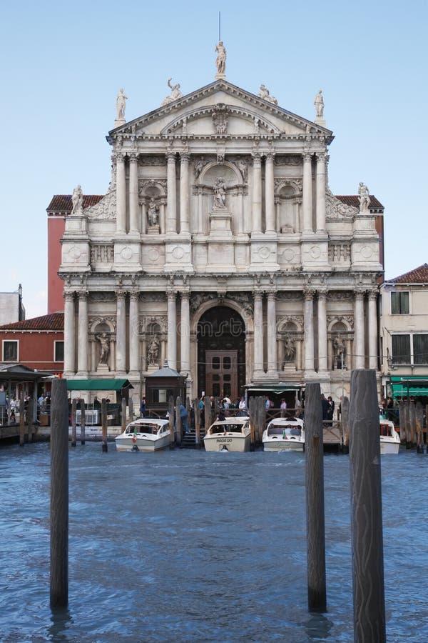 Venedig, Italien - Mai 2016: Einige Yachten auf dem Kanal vor basilic römischem lizenzfreie stockbilder