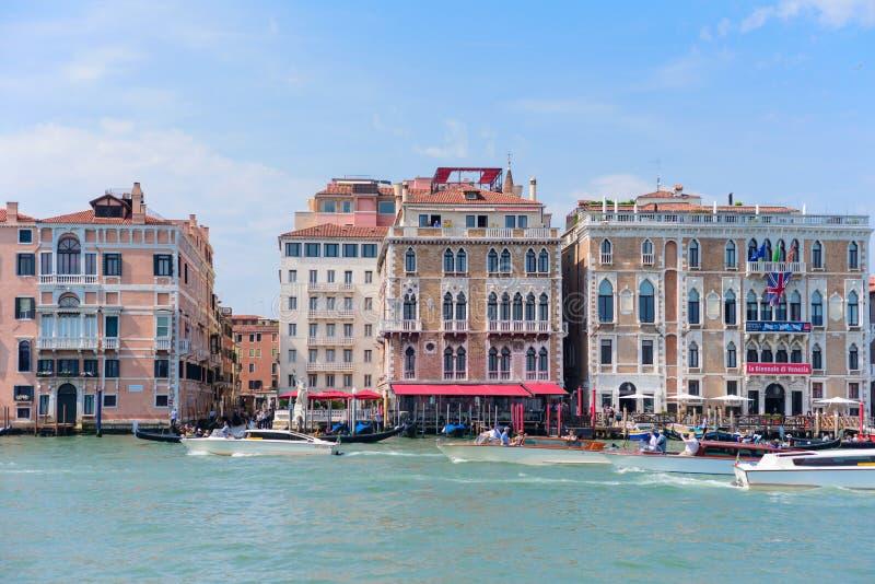 VENEDIG, ITALIEN - MAI 2017: Venedig-Hausfassaden und das Canal Grande an einem sonnigen Tag in Italien lizenzfreies stockbild