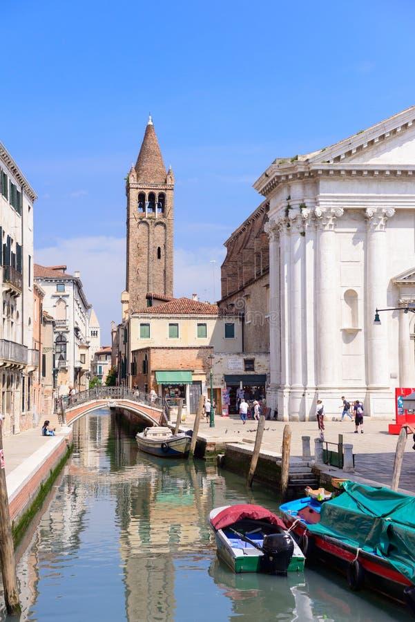 VENEDIG, ITALIEN - MAI 2017: Kanal mit Br?cken im Herzen von Venedig stockbilder