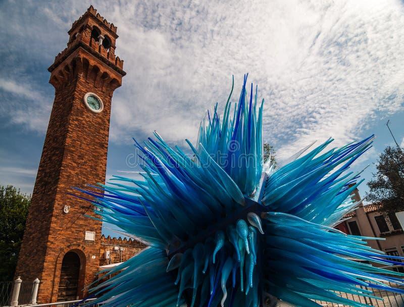 VENEDIG ITALIEN - MAJ 17, 2010: Campanilen och skulpturen av komet på Murano, Venedig, Italien royaltyfria foton