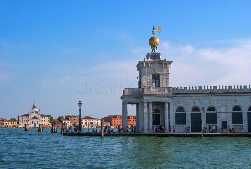 Venedig Italien - 07 Maj 2018: Den Punta dellaen Dogana di Sto i Grand Canal Venedig, turister beundrar sikten av det Venetian arkivbilder