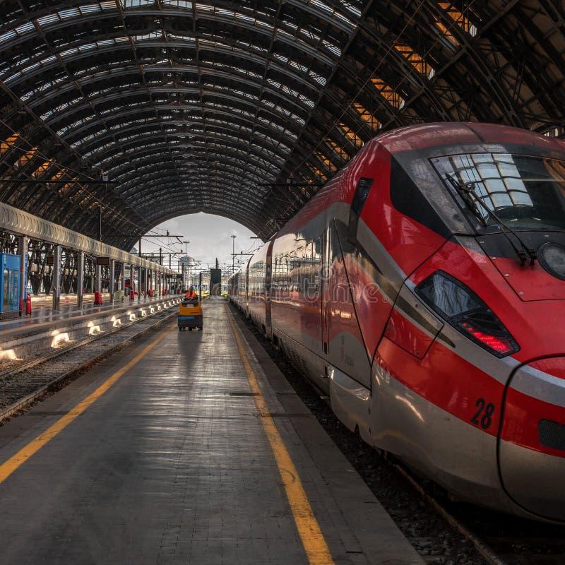 Venedig Italien - 08 Maj 2018: Snabbt drev Trenitalia på drevstationen av Milan En arbetare är att gå vidare royaltyfria foton