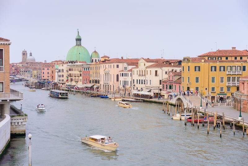 VENEDIG ITALIEN - MAJ, 2017: stor kanalsikt från den Calatrava bron, i Venedig arkivfoto