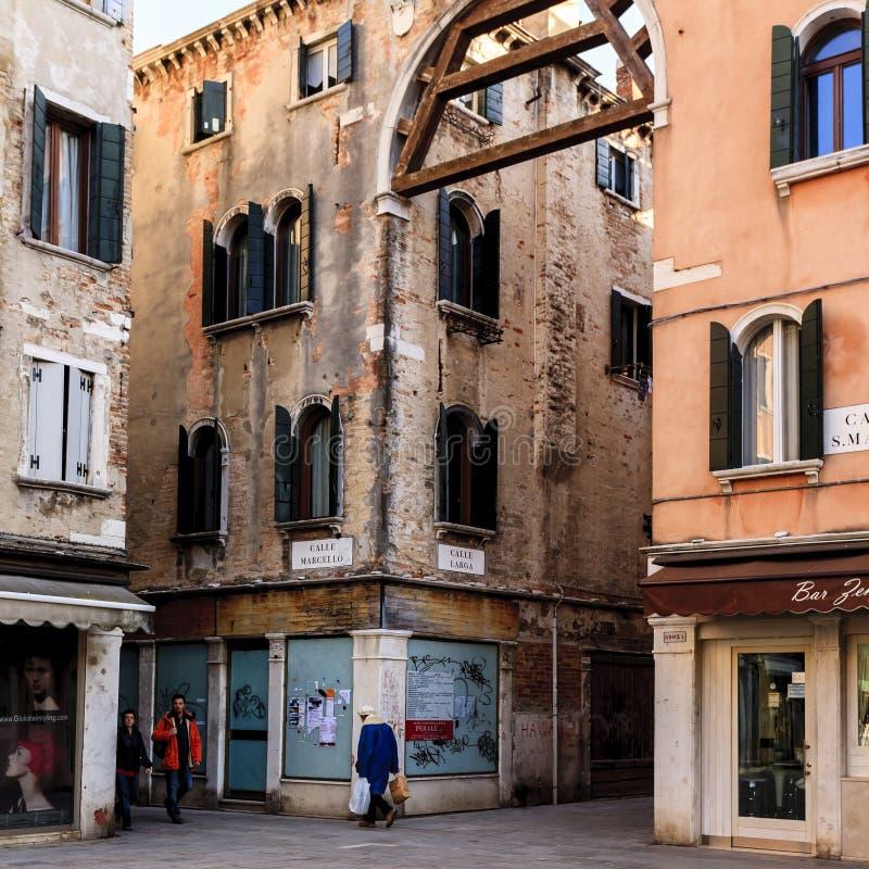 Venedig Italien - mars 11, 2012: Folk som går ner den typiska venice lilla smala gatan arkivfoton
