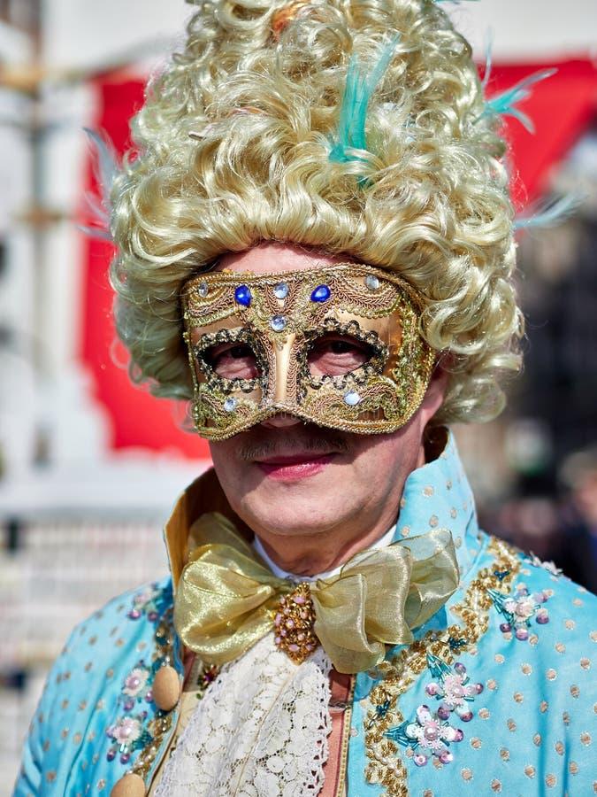 Venedig Italien - mars 2, 2019 stående av en person som kläs med en Venetian dräkt i en marknad för köp- och hyradräkter royaltyfria bilder
