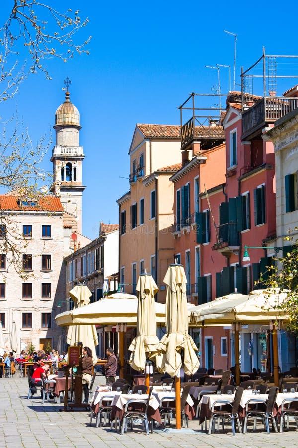 VENEDIG ITALIEN - MARS 28, 2015: Vårkafé som är frilufts- i Venedig Varje år 20 miljon turistbesök Venedig arkivfoton