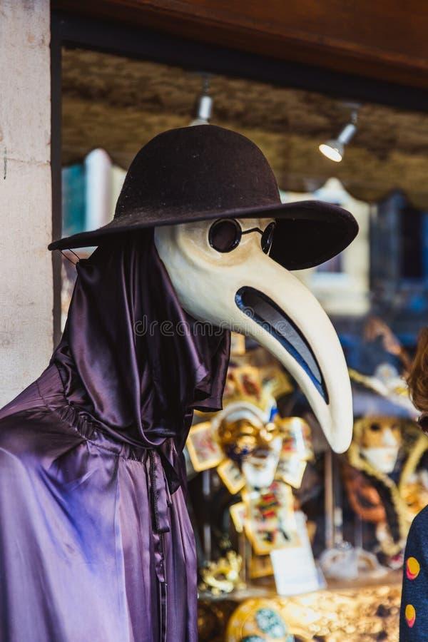 VENEDIG, ITALIEN - OKTOBER 27, 2016: Authentisches colorfull handgemachte venetianische Karnevalsmaske in Venedig, Italien stockfoto