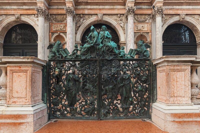 VENEDIG, ITALIEN - 6. OKTOBER 2017: Geschlossenes Eingangs-Tor zu San Marco Bell Tower stockfotos