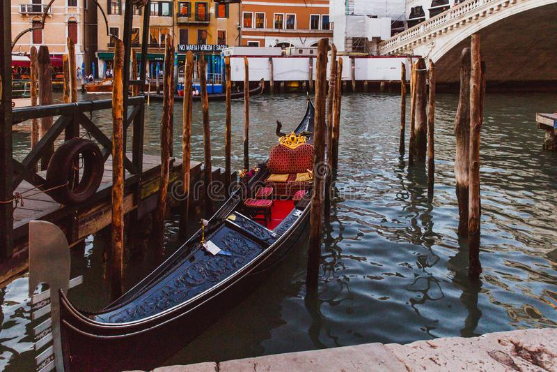 VENEDIG, ITALIEN - 27. OKTOBER 2016: Gondel auf Grand Canal in Venedig Rialto-Brücke auf Hintergrund in Venedig, Italien stockfotos