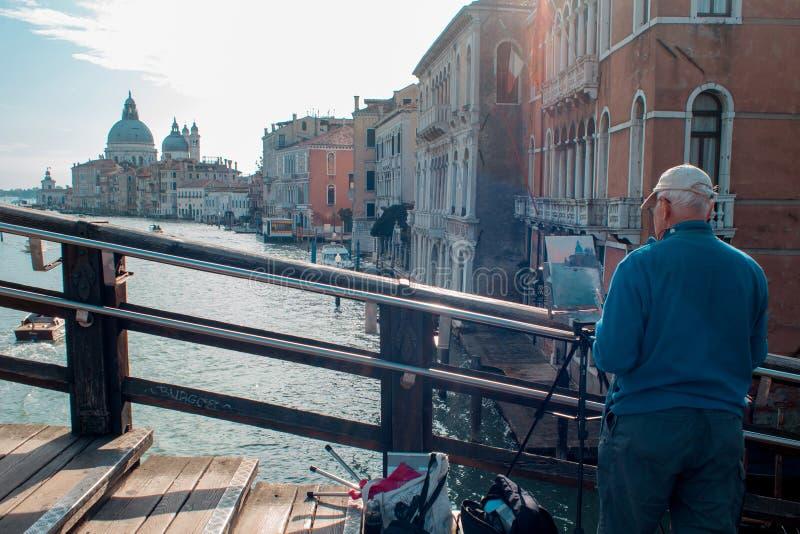 VENEDIG ITALIEN - OKTOBER 8, 2017: Konstnären på bron av akademin, gör en vattenfärgmålning fotografering för bildbyråer