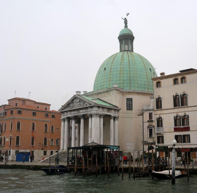 Venedig Italien - Oktober 13, 2017: San Simeone Piccolo är en kyrka i Venedig som vänder mot järnvägterminalen över royaltyfri bild