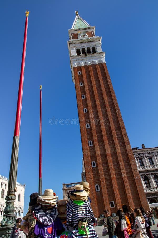 VENEDIG Italien, San Marco Square med det Klocka tornet, turister och souvenir, i solljuset royaltyfri bild