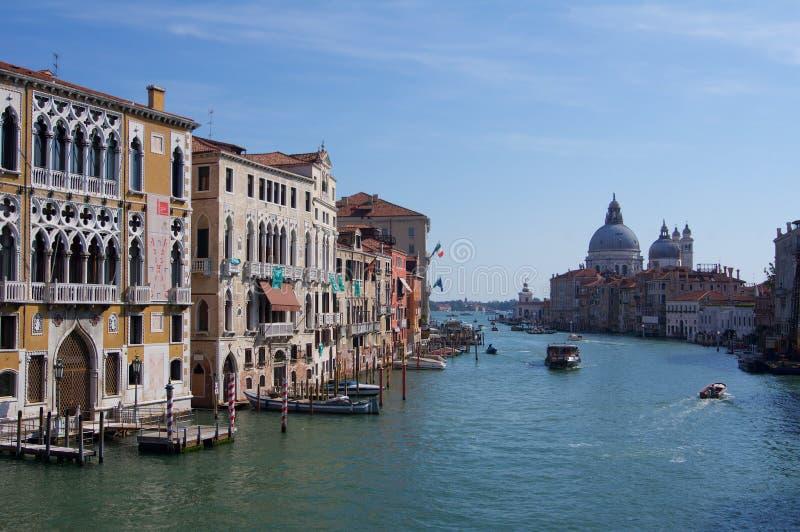 Venedig Italien, Santa Maria della Salute med den storslagna kanalen royaltyfria bilder