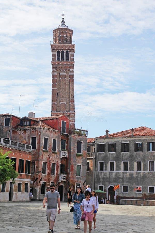 Venedig Italien - September 04,2017: Besökare besöker den Santa Maria Gloriosa deiFrari fyrkanten i en solig dag royaltyfri bild