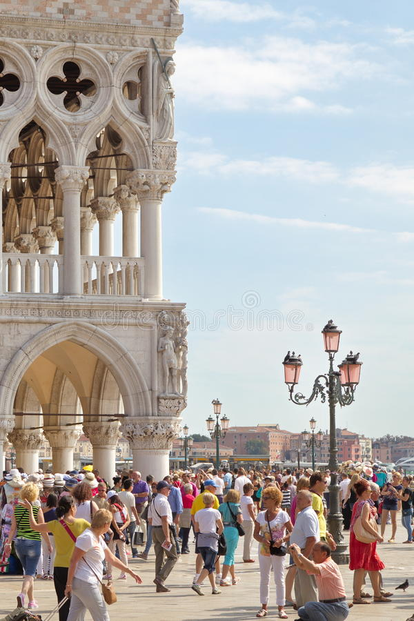 VENEDIG, ITALIEN - 7. SEPTEMBER 2014: Beschäftigter Tag auf dem Piazzetta San stockbilder