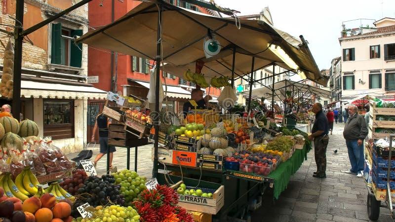 VENEDIG, ITALIEN 25. SEPTEMBER 2015: lange Sicht eines Frischwaremarktes, Venedig stockbild