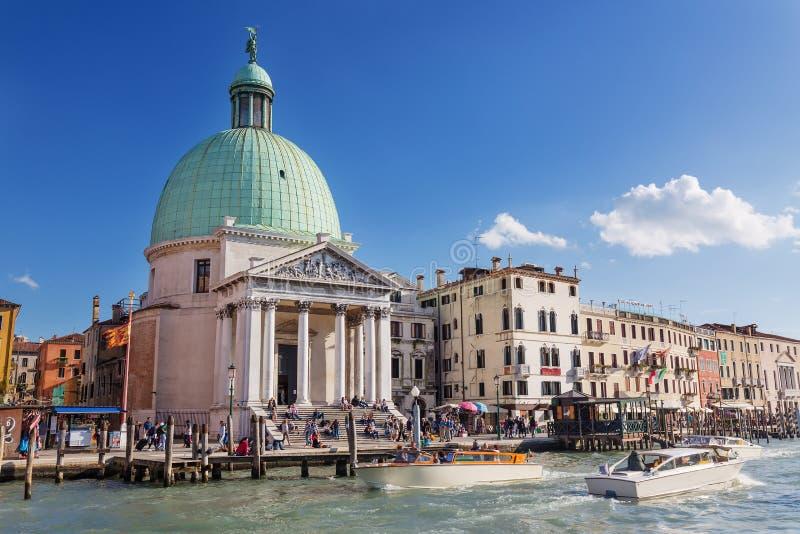 VENEDIG ITALIEN - SEPTEMBER, 2017: Sikten av den San Simeone Piccolo kyrkan med turister och fartyget åker taxi royaltyfria foton