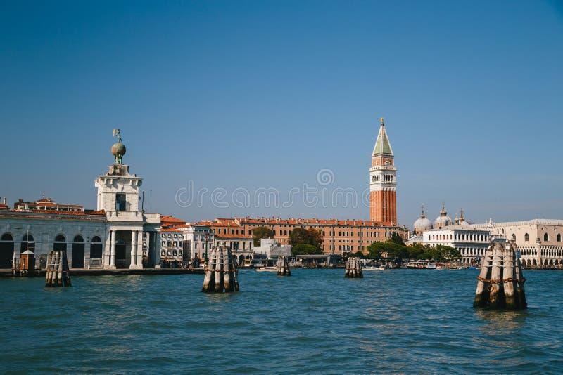 Venedig, Italien - September, 9 2018: St Mark Quadrat, Dogen Palast, St Mark Glockenturm-Glockenturm, Punta-della Dogana und ande stockfotos