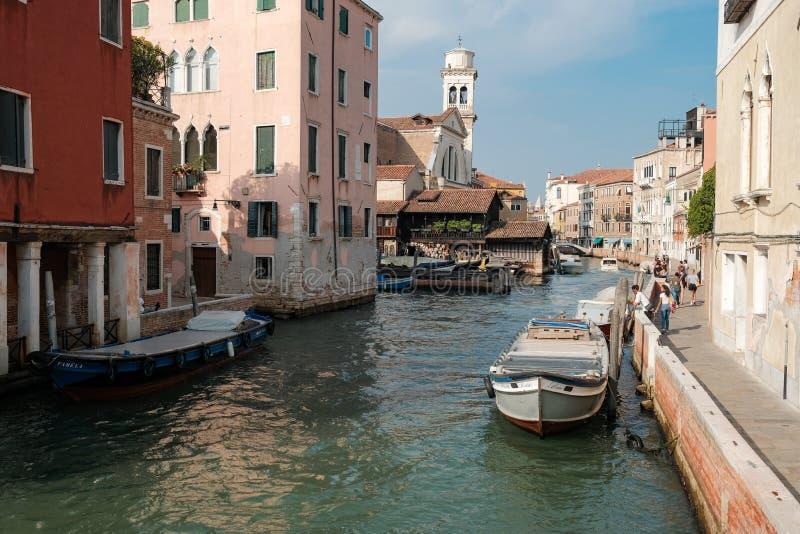 Venedig Italien, turister går på invallningen av kanalen mitt emot San Trovaso arkivfoton