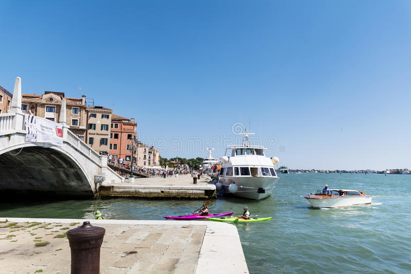 Venedig Italien - turister med färgrika kanoter arkivfoto