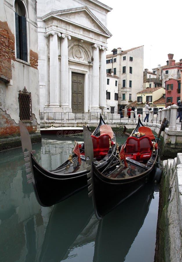 Venedig Italien - två gondoler i Venedig, panoramautsikt av den historiska slotten royaltyfri fotografi