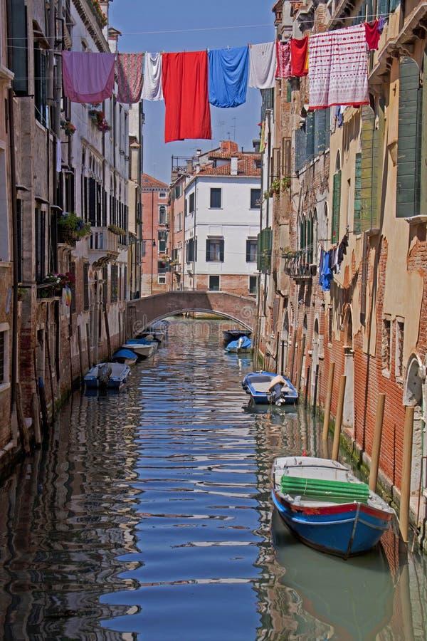 Venedig kanal, bevattnar reflexion och att hänga för tvätteri royaltyfri bild